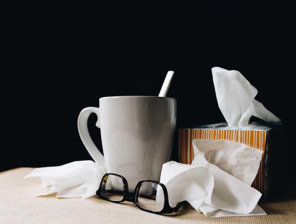 tasse de café avec des mouchoirs qui représente la grippe