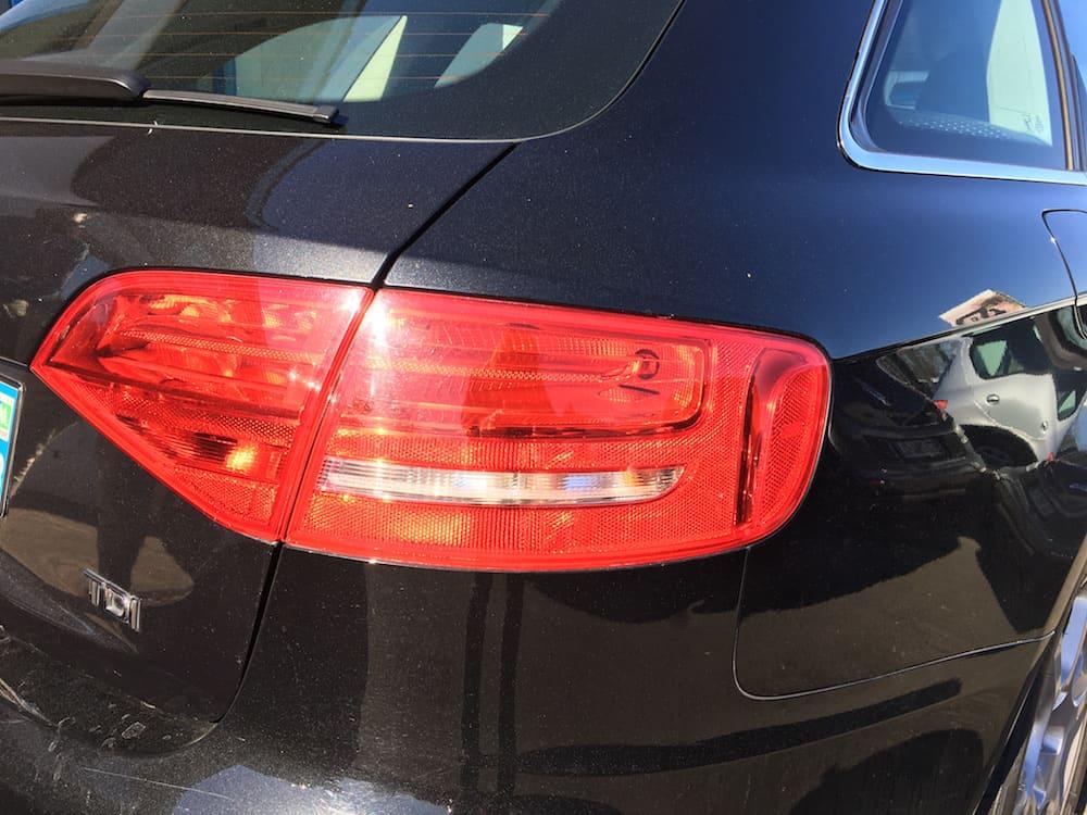 phare arrière d'une Audi noire en leasing ou à l'achat