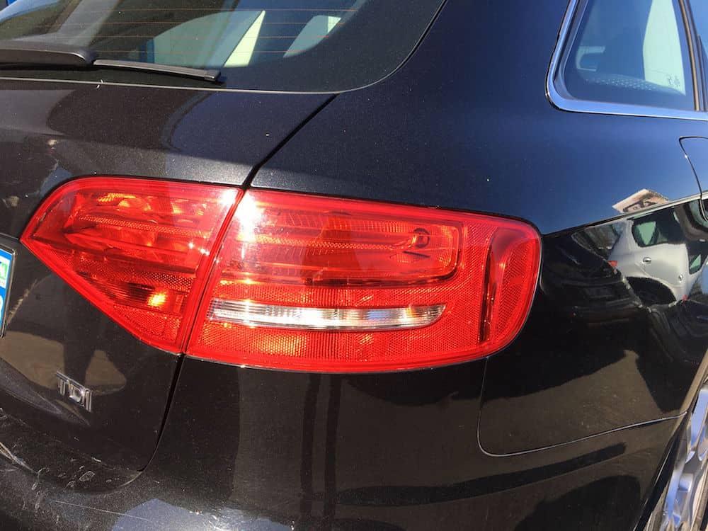 phare arrière d'une Audi noire d'occasion en leasing
