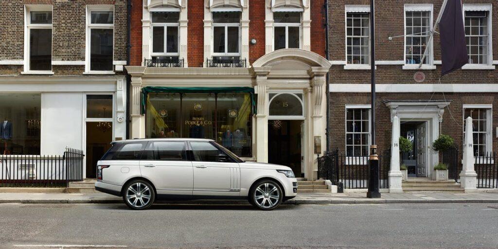 Range Rover blanc garé dans une rue de Londres
